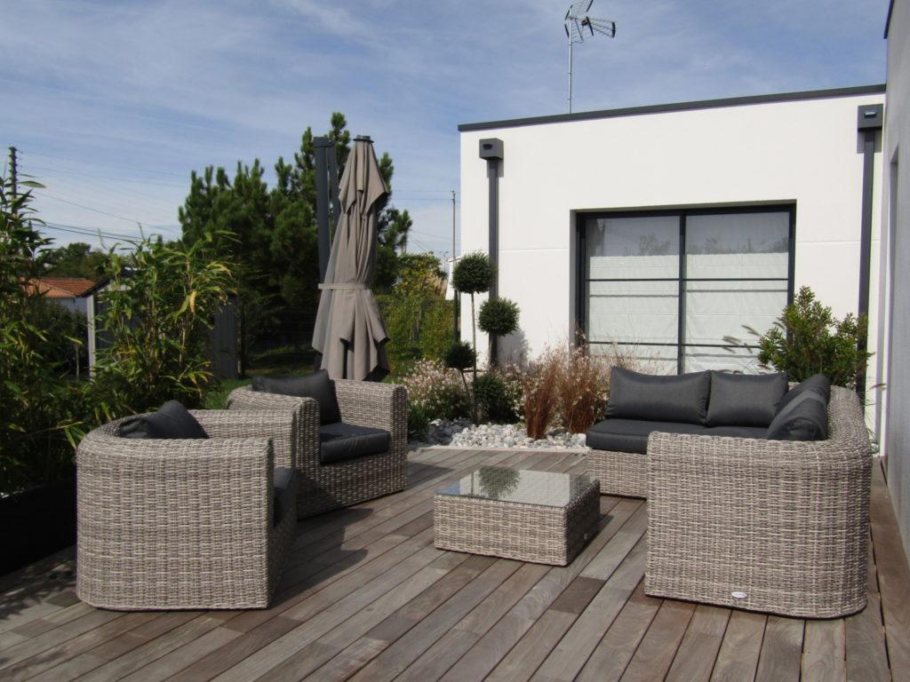 terrasse bois et salon de jardin