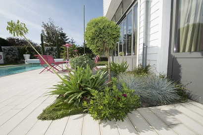 Massif moderne marmin paysage for Plante pour bordure de terrasse