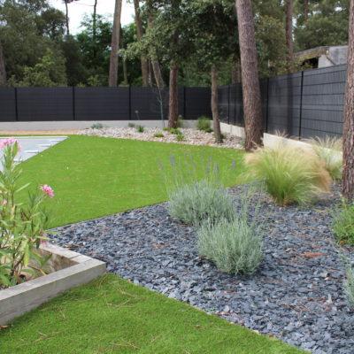 jardin gazon synthétique et massifs